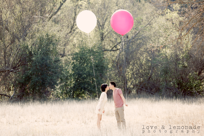 engagement-photos-in-a-field-with-balloons