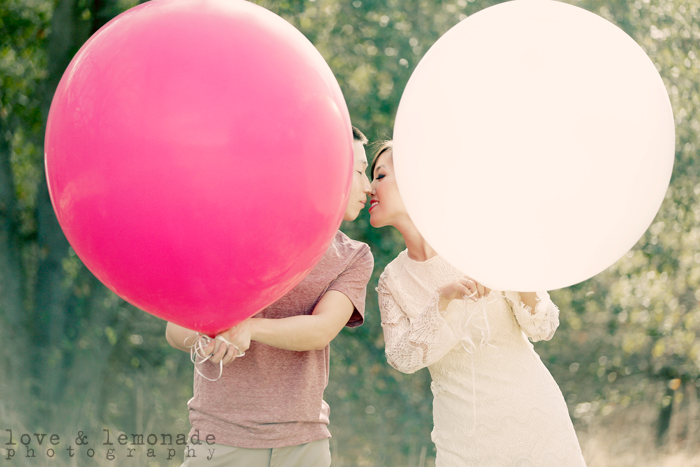 engagement-photos-with-huge-balloons